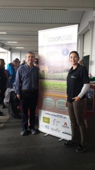 Fernando Sarasa de la Coop. Cambrils con Mertixell Barroso de Econia reciben a los invitados