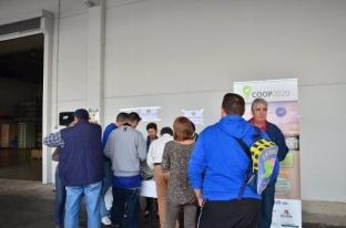 Invitados de la Festa hacen fila para la visita guiada por las instalaciones de Coop 2020